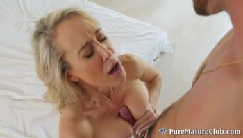Flower girl gives deep blowjob and fucks alfresco